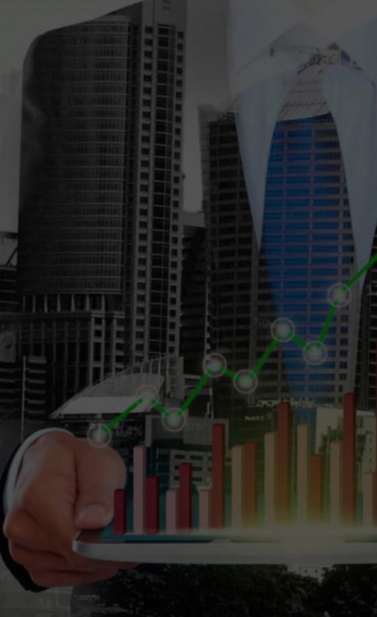 Executivo com dados sendo apresentados na forma de gráficos na tela de um tablet, representando a facilidade que o Power BI dá para que os dados sejam acessados